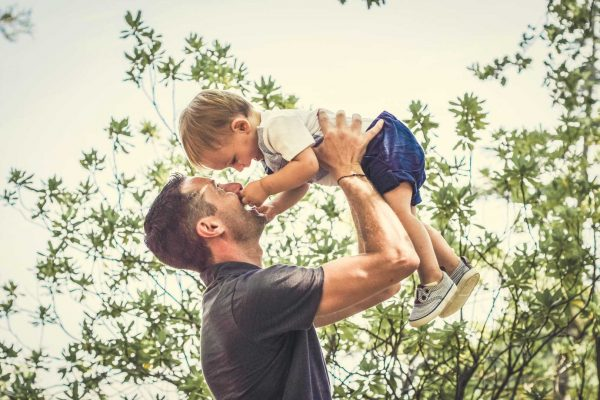 Mathis joue avec son papa