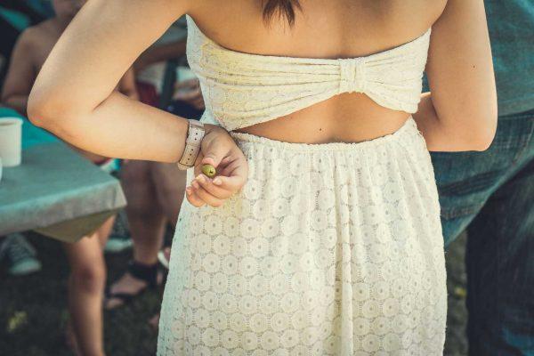 une dame tient une olive